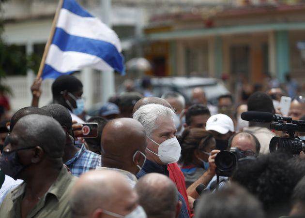 El presidente cubano, Miguel Díaz-Canel, da un discurso en San Antonio de los Baños tras...