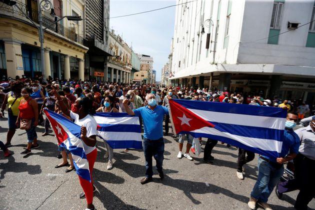 Manifestantes el domingo en una calle en La Habana,