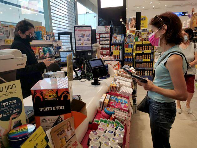 Συμβιώνοντας με τον κορονοϊό: Το Ισραήλ αλλάζει τακτική λόγω της μετάλλαξης