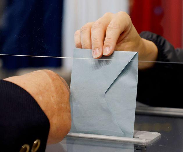 Un électeur photographié au Touquet (Pas-de-Calais) lors du deuxième tour des élections...