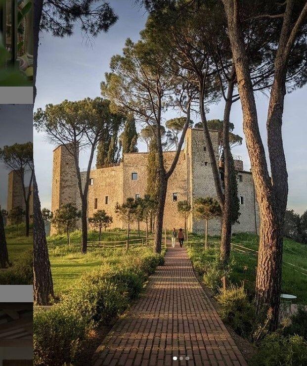 Εξωτερική άποψη του κάστρου και του κτήματος που το περιβάλλει