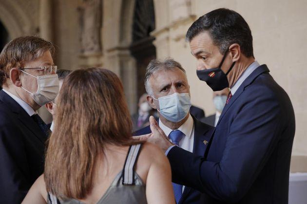 El presidente del Gobierno, Pedro Sánchez, habla con los presidentes de la Comunidad Valenciana, Canarias...