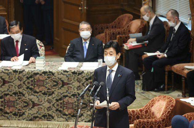 7月8日午後、衆院議院運営委員会で、東京都に緊急事態宣言を発令する方針と、「まん延防止等重点措置」について事前報告する西村康稔経済再生担当相(中央)