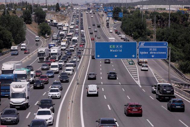 Tráfico de coches en la autovía del Sur o A-4, a la altura de la localidad del municipio de