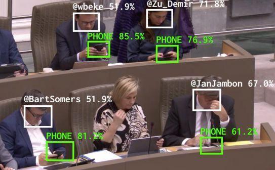 携帯を使用している政治家を自動的に見つけ出す