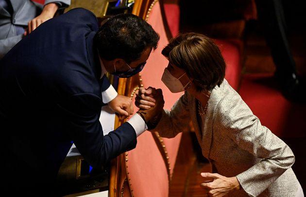 Il leader della Lega Matteo Salvini (S) con la senatrice di Forza Italia Annamaria Bernini (D) durante la discussione in Senato sul ddl Zan, Roma, 13 luglio 2021. ANSA/RICCARDO ANTIMIANI