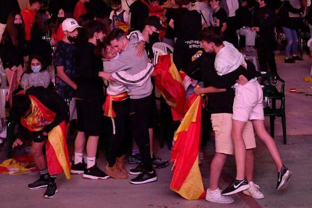 Aficionados de la Selección Española celebran el gol de España ante Italia en la