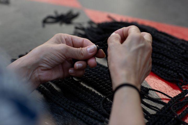 Στιγμιότυπα από τη διαδικασία παραγωγής του στριφτού χειροποίητου κορδονιού για το γείσο της παραδοσιακής ναυτικής τραγιάσκας της συλλογής του οίκου Dior Cruise 2022 από τη Νηματουργία Μέντης – Αντωνόπουλος (ΝΗ.Μ.Α.)