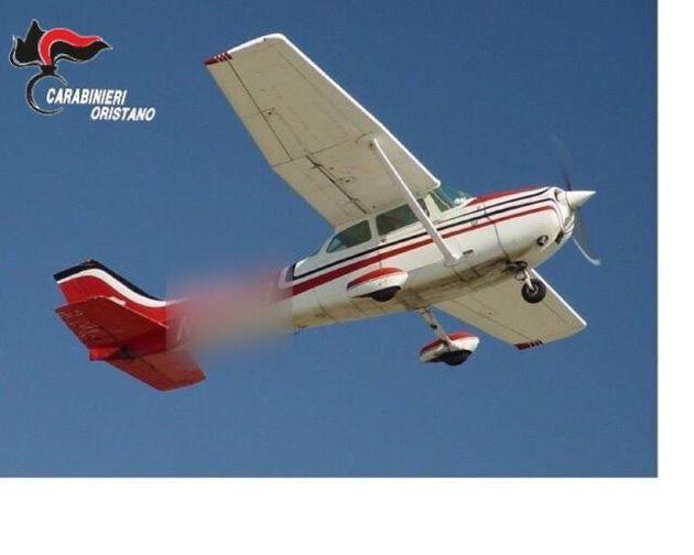 Un fermo immagine tratto da un video dei carabinieri mostra la cocaina paracadutata dal cielo, un carico lanciato da un aereo, sequestrata a Oristano, 14 luglio 2021. ANSA/Carabinieri EDITORIAL USE ONLY NO SALES