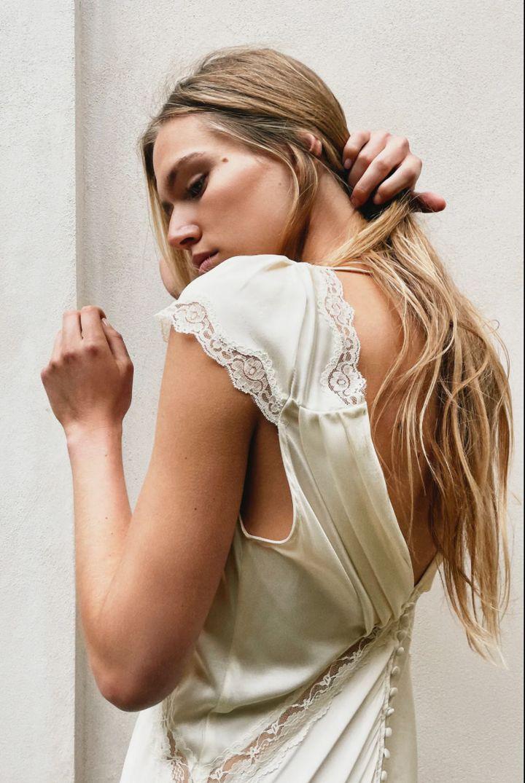 Uno de los vestidos de novia que ha puesto a la venta Zara. Éste en concreto, largo y de seda, cuesta 129 euros.