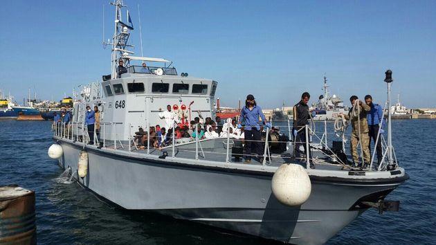 L'arrivo della motovedetta della Marina libica nel porto di Tripoli con a bordo 47 migranti, tra cui 30 donne e un bambino. I migranti, in difficoltà su un gommone, erano stati soccorsi in mare in un'operazione con ha visto all'opera anche una nave della Ong Sea Watch, intervenuta su richiesta della centrale operativa di Roma della Guardia Costiera. Nel corso dei soccorsi sono morti cinque migranti. Tripoli, 7 novembre 2017. ANSA/ UFFICIO STAMPA MARINA LIBICA +++ ANSA PROVIDES ACCESS TO THIS HANDOUT PHOTO TO BE USED SOLELY TO ILLUSTRATE NEWS REPORTING OR COMMENTARY ON THE FACTS OR EVENTS DEPICTED IN THIS IMAGE; NO ARCHIVING; NO LICENSING +++