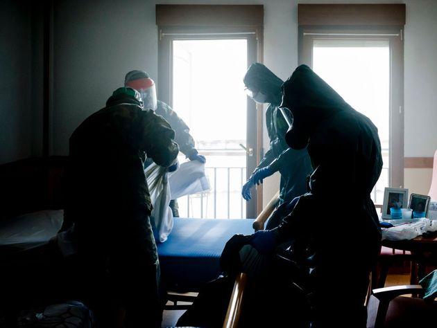 Militares desinfectan la residencia San Miguel Arcángel de Guadarrama, en Madrid, el 24 de abril de