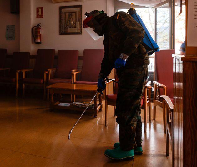 Un militar desinfecta la residencia San Miguel Arcángel de