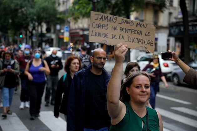 Une femme avec une pancarte anti-vaccin dans la manifestation du 14 juillet 2021 à