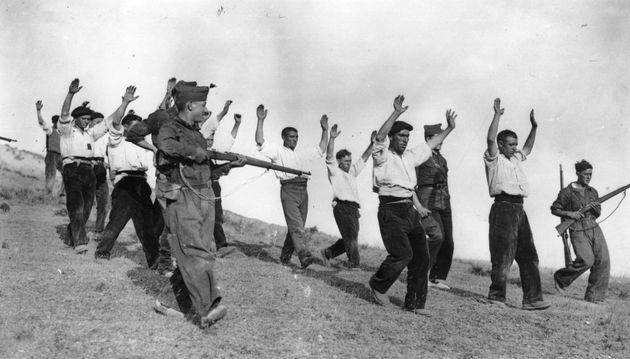 Un grupo de milicianos franquistas, arrestando a republicanos en Somosierra (Comunidad de Madrid), durante...