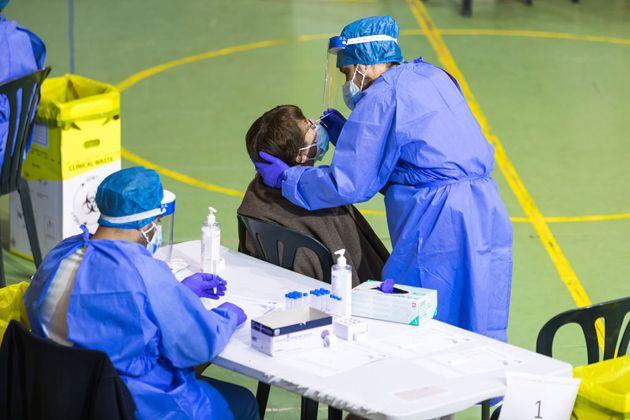 Una enfermera toma una muestra PCR en Alpedrete (Madrid), en una imagen de