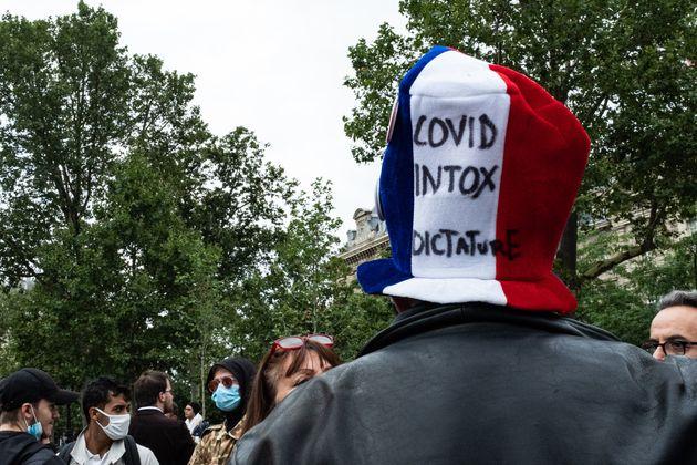 Un manifestation photographié lors d'un rassemblement contre le pass sanitaire à Paris...