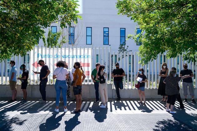 Un grupo de personas espera su turno para ser vacunado en el Hospital Enfermera Isabel Zendal de