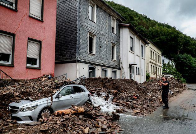 Escombros de los edificios sobre un coche en la localidad germana de