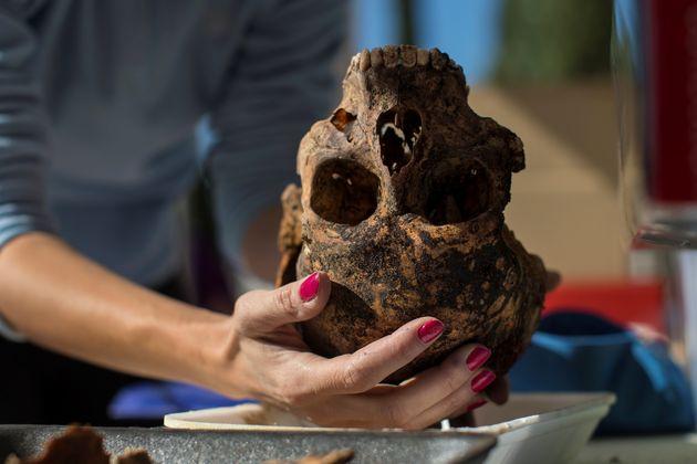 Marta Escribano, arqueóloga de la ARMH, con restos encontrados en la fosa del Cementerio del Carmen...