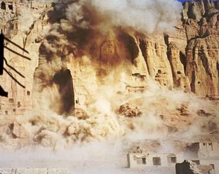 Imagen del momento de la destrucción de los Budas de Bamiyán el 21 de marzo de 2001 tomadas de la CNN.