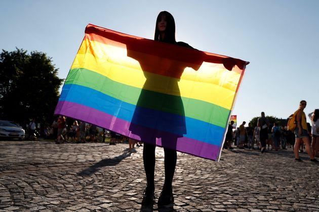Un drapeau LGBT est brandi devant le palais présidentiel à Budapest après le vote...