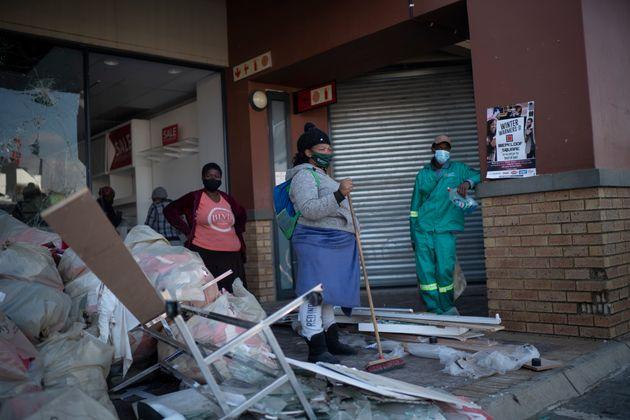 Voluntarios recogen escombros en el centro comercial Diepkloof de Soweto en las afueras de Johannesburgo,