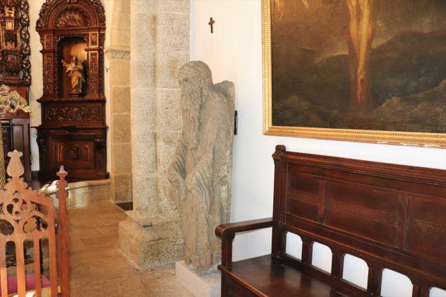 Una de las estatuas del Mestre Mateo, en el interior de la capilla del pazo de