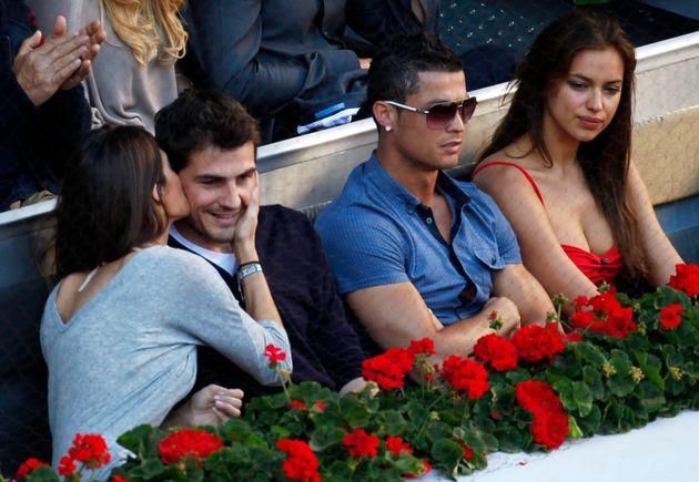 8 Μαϊου 2011. Ο Ικερ Κασίγιας δέχεται θερμό φιλί από την Σάρα Καρμπονέρο ενώ κάθονται δίπλα στον Κριστιάνο Ρονάλντο και την τότε σύντροφό του Ίρινα Σάικ. REUTERS/Sergio Perez (SPAIN - Tags: SPORT TENNIS SOCCER)