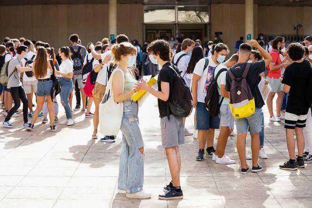 Varios grupos de estudiantes, antes de entrar al primer examen de la EVAU en
