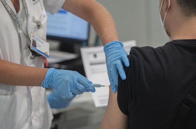 Un joven recibe la primera dosis de la vacuna contra la covid-19 en el Hospital Zendal, en
