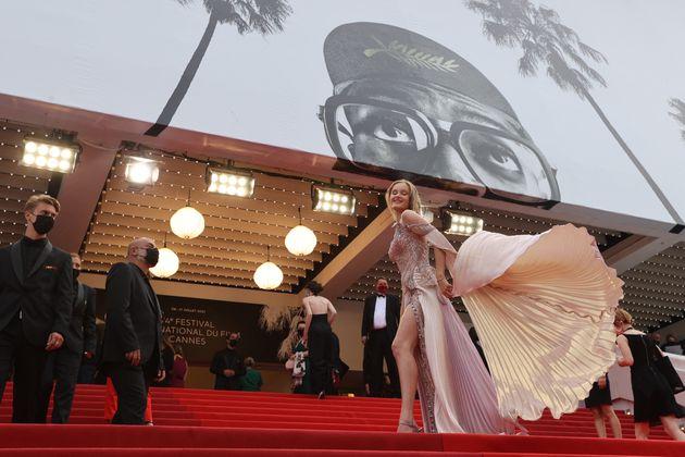 Le mannequin Polina Nioly Pushkareva sur les marches du Palais des Festivals à Cannes, le 12 juillet...