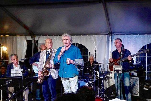 La band di Mal. Da sinistra: Vince Tempera alle tastiere, Johnny Charlton (Rokes) alla chitarra, Michele Bovi al sax, Mal, Gianni Dall'Aglio (Ribelli) alla batteria, Gianni Colaiacomo (Banco del Mutuo Soccorso) al basso. (foto Maura Cerbella).