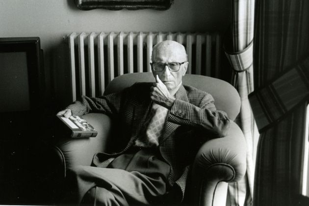 Italian journalist and writer Indro Montanelli (1909 - 2001) at home, Milan, 2nd June 1997. (Photo by Leonardo Cendamo/Getty Images)