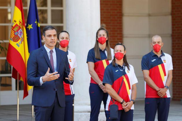 El presidente del Gobierno, Pedro Sánchez, este viernes, en Moncloa, junto a una delegación de deportistas