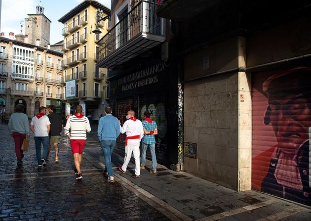 Un grupo de personas camina por Mercaderes el pasado 7 de julio, en Pamplona, día de arranque de los