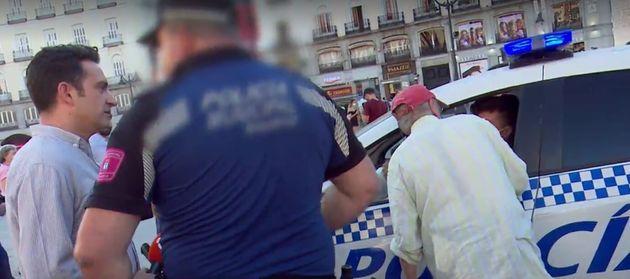 Policías identifican a Antonio López ante la mirada de un periodista de 'Espejo Público'