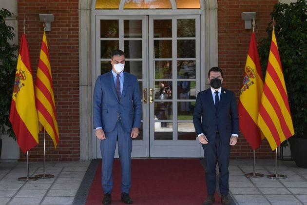 El presidente del Gobierno, Pedro Sánchez (dcha) y el presidente de la Generalitat de Cataluña, Pere...