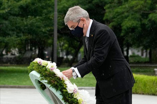広島市の平和記念公園で献花するバッハ会長=2021年7月16日