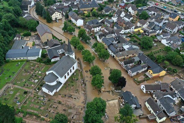 Une vue aérienne montrant Iversheim près de Bad Muenstereifel, dans l'ouest de l'Allemagne, le 16 juillet