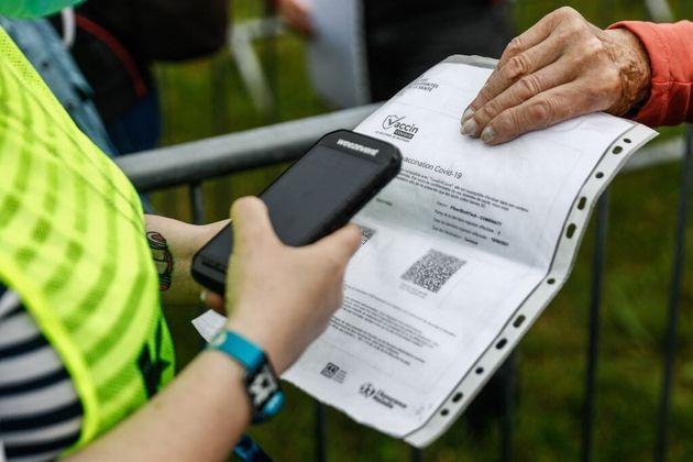 Un festivalier présente un certificat de vaccination aux Vieilles Charrues, à Carhaix, le 8 juillet