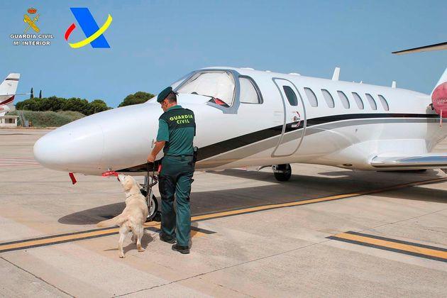 Agentes de Vigilancia Aduanera y la Guardia Civil han detenido en el aeropuerto de Ibiza a un hombre...