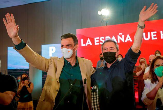 El presidente del Gobierno y secretario general del PSOE, Pedro Sánchez, junto al candidato socialista...