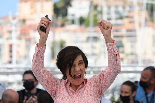 Catherine Corsini pose sur le tapis rouge de Cannes 2021 pour
