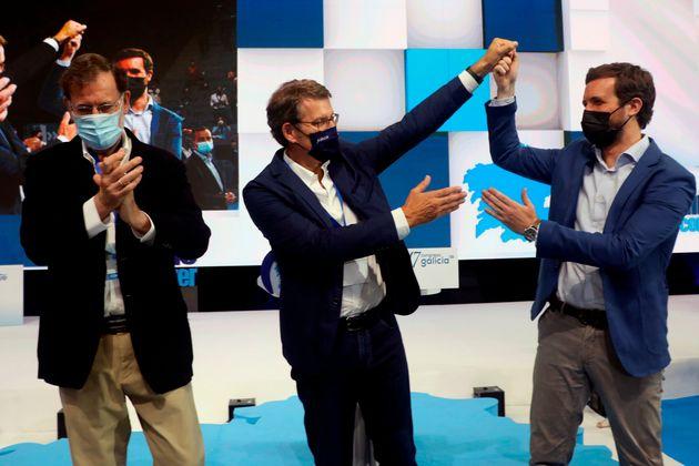Alberto Núñez Feijóo, acompañado del expresidente Mariano Rajoy y el presidente del PP, Pablo