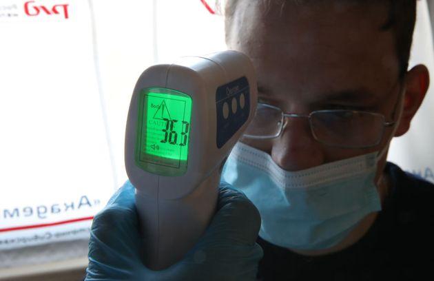 Una persona toma la temperatura a