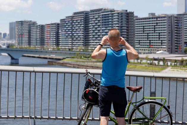 Un hombre observa el complejo residencial de la Villa Olímpica en