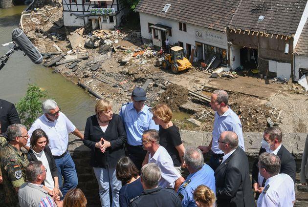 Angela Merkel est arrivée à Schuld l'une des communes les plus meurtries par les inondations...