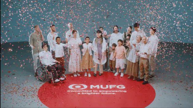 年齢、性別、国籍、障がいの有無、様々な違いを持った人々がMUFGを囲む。