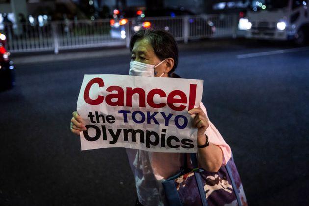 Γυναίκα διαδηλώνει...